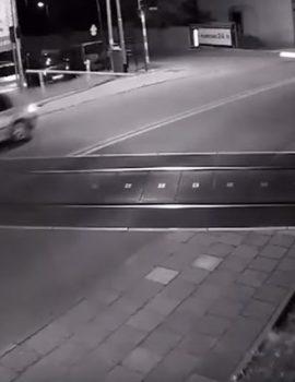 VIDEO/ Makina thyen traun, një fije peri i ndan nga përplasja me trenin