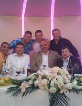 """FOTO LAJM/ """"Kryetari i 4 klaneve mafioze Edi Rama, shihni si është i rrethuar nga bandat"""""""