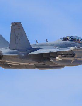 """FOTO SKANDAL/ Piloti vizaton një penis """"gjigant"""" në qiell me avionin e tij ushtarak"""