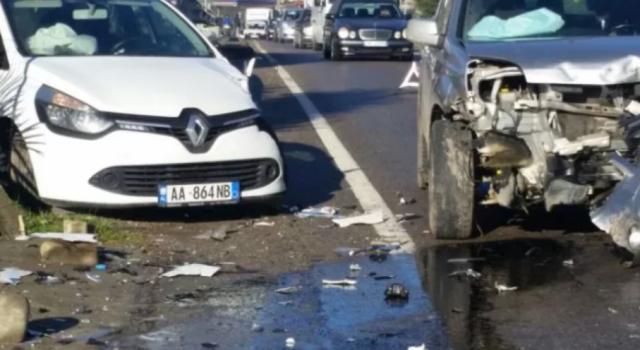 Video/ Aksidenti i rëndë në Rinas,  makinat ndahen në dysh