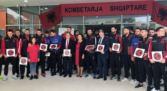 """FOTO GALERI/ Kombëtarja e Futbollit vizitë surprizë në Fondacionin """"Fëmijët Shqiptarë"""""""