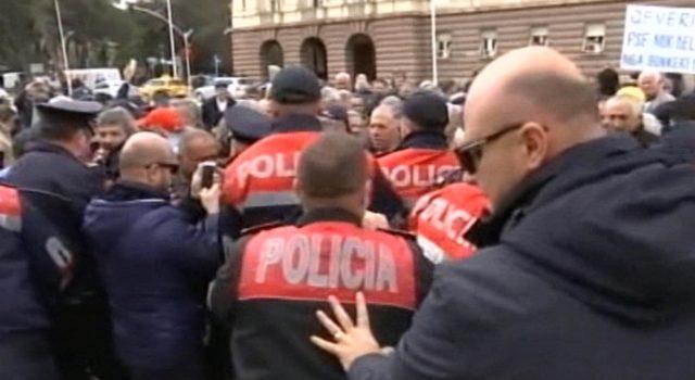 FOTO GALERI/ Protesta para Kryeministrisë, minatorët përplasen me policinë