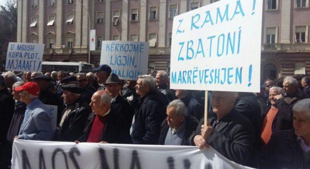 VIDEO/ Minatorët tentojnë të hyjnë me forcë në Kryeministri, përplasen me policinë
