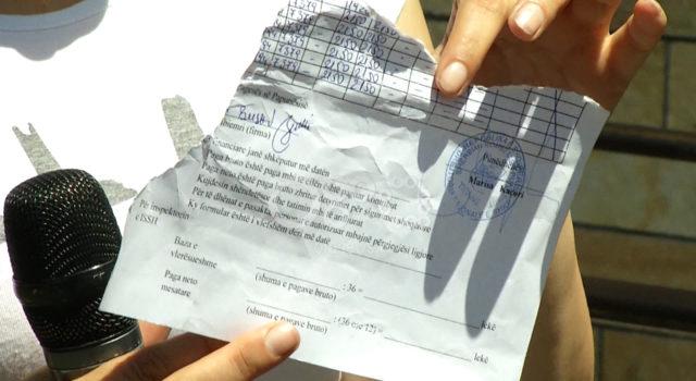 Ndodh edhe kështu në Shqipëri/Punonjësja e inatosur i gris dokumentat qytetarit
