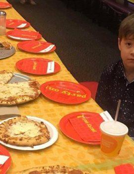 Fytyra e djalit që nuk i erdhën shokët në festë pushton internetin