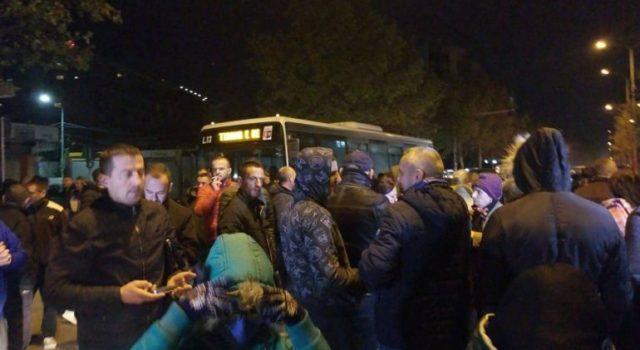 """Banorët e """"Astirit""""  bllokojnë rrugën, sërish në protestë për mbrojtjen e banesave"""