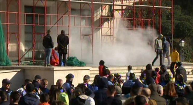 LAJMI I FUNDIT/ Avokati i Popullit heton për gazin lotsjellës të hedhur në protestën e 16 shkurtit