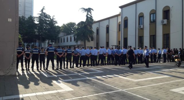 VIDEO-LIVE/Policia rrethon Teatrin Kombëtar