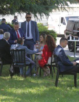 FOTOLAJM/Deputetët e Kuvendit nuk i tremben COVID 19, grumbull dhe pa maska në kafe