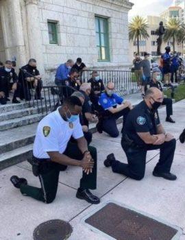 FOTOLAJM/Policët ulen në gjunjë para protestuesve, kërkojnë falje për vrasjen e George Floyd