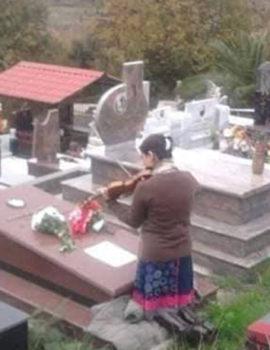 FOTOLAJM/Realizon amanetin, shqiptarja vjen nga Italia për të luajtur violinë tek varri i nënës
