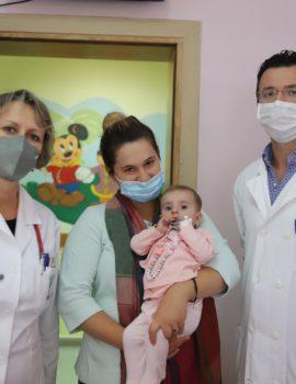 FOTO/Mrekullia në QSUT, foshnja 5-muajshe ia del pas një operacioni të komplikuar në zemër